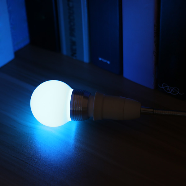 Ampoule en LED à type interface E27 à multicolore et contrôlée à distance